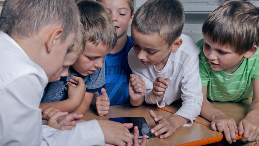 Запрет на использование смартфонов в школах: есть ли смысл? смартфоны